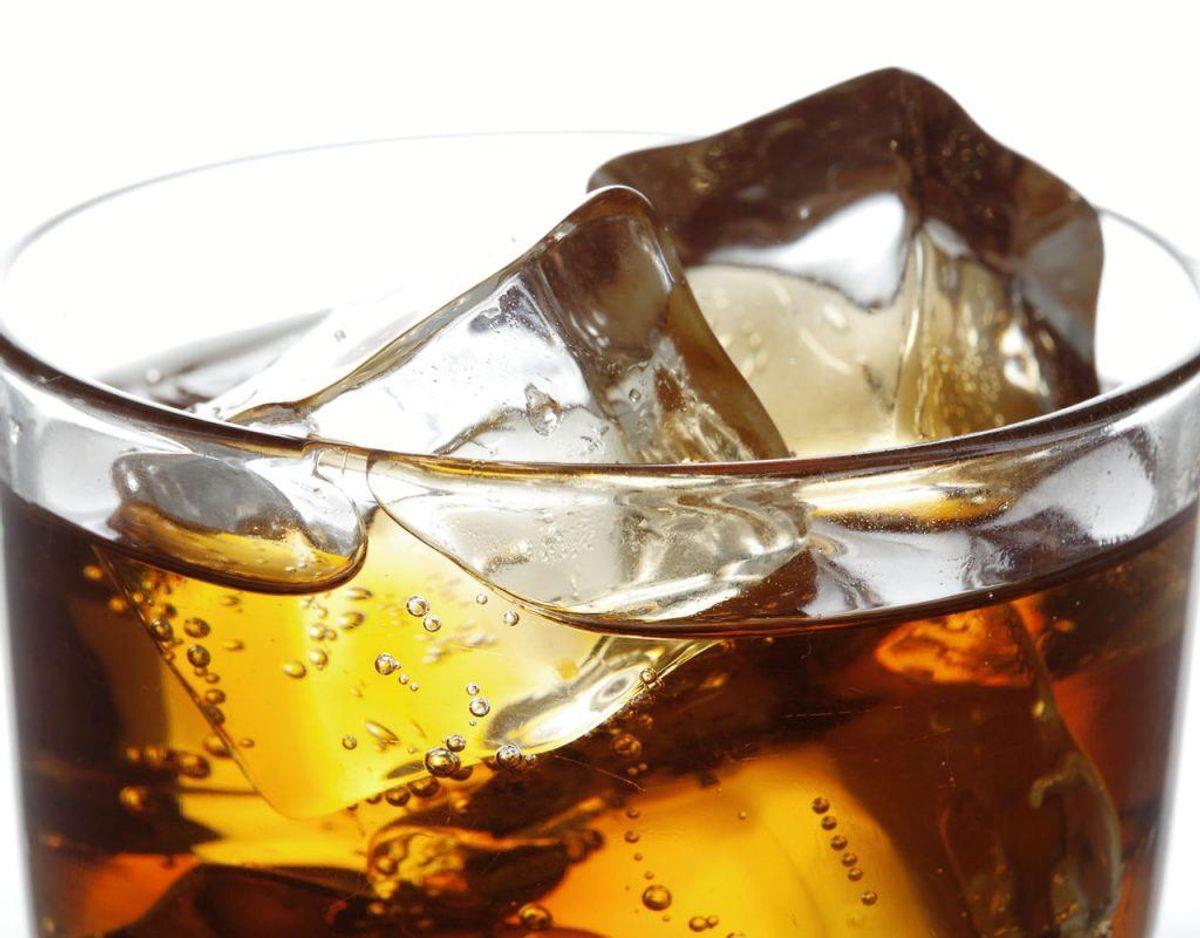 Cola kan bruges til at fjerne madrester og rust fra risten. Hæld cola op i en skål, dyp stanniol i colaen og skrub risten grundigt. Derefter tørrer du risten af med en klud. Kilde: Lime Foto: Scanpix