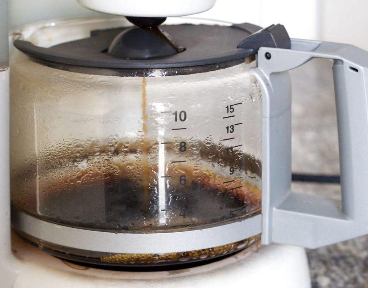 Når grillen er kølet af og kullene er fjernet, kan du hælde kaffe i grillen, så det dækker risten. Lad det stå i 30 minutter og fjern resterende snavs med en skuresvamp. Kilde: Lime Foto: Scanpix