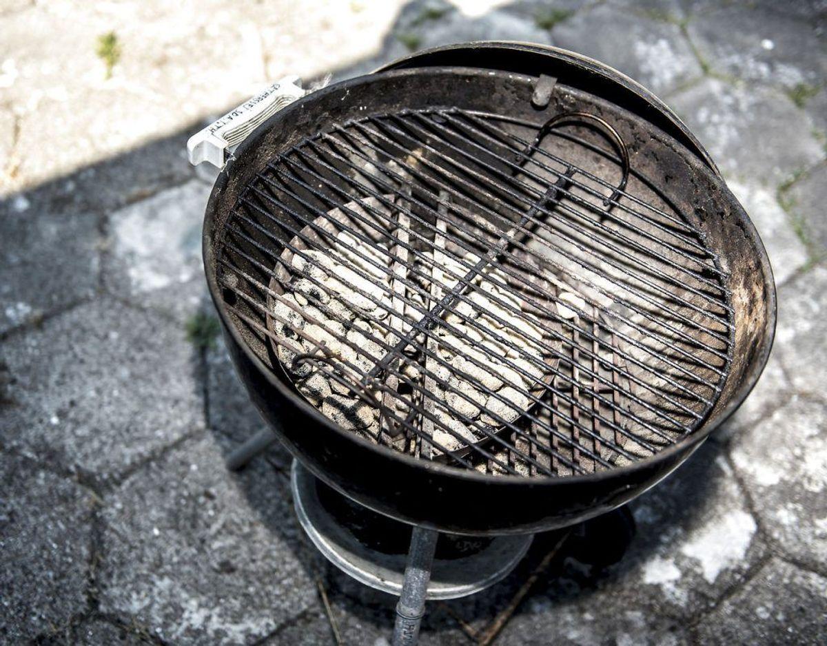 Smør din grillrist ind i brun sæbe og lad den stå natten over viklet ind i husholdningsfilm. Dagen efter skyller du den med vand og tørre den af med en skuresvamp. Kilde: Lime Foto: Scanpix