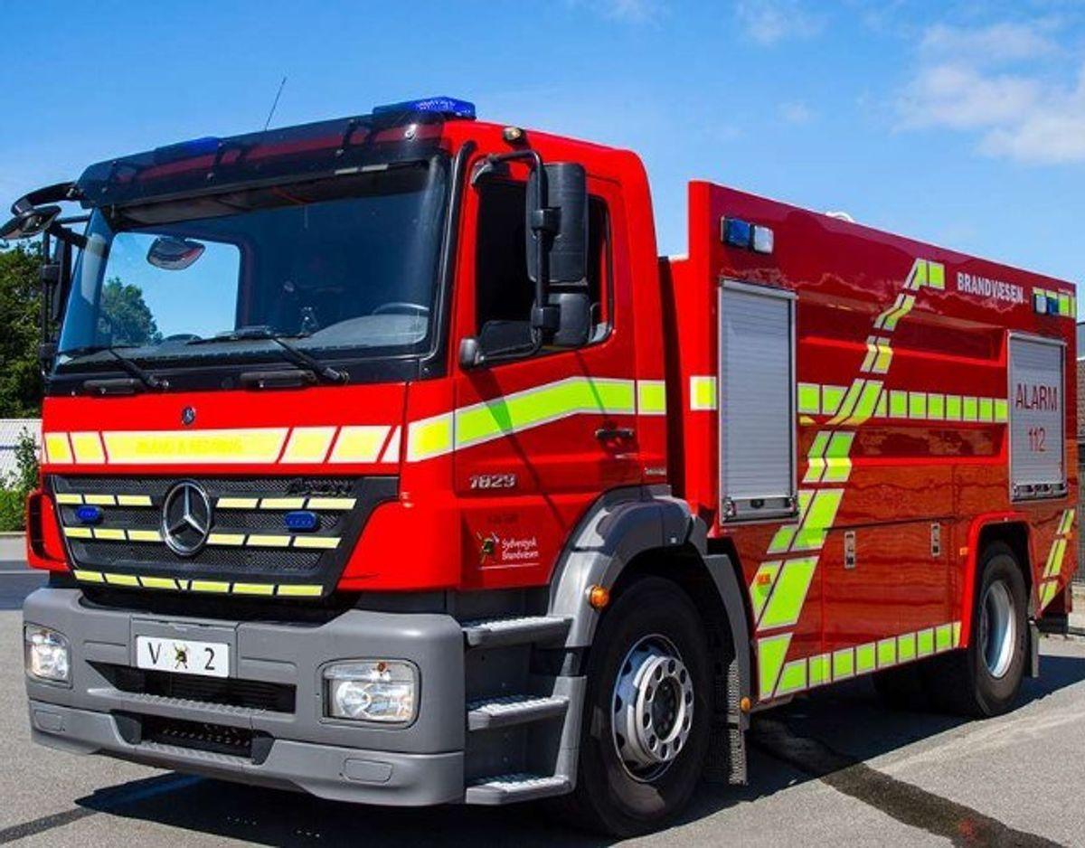En brand brød mandag formiddag ud ved Sæby Produkthandel i Sæby. En 72-årig ansat er blevet forbrændt. Foto: Skyfish