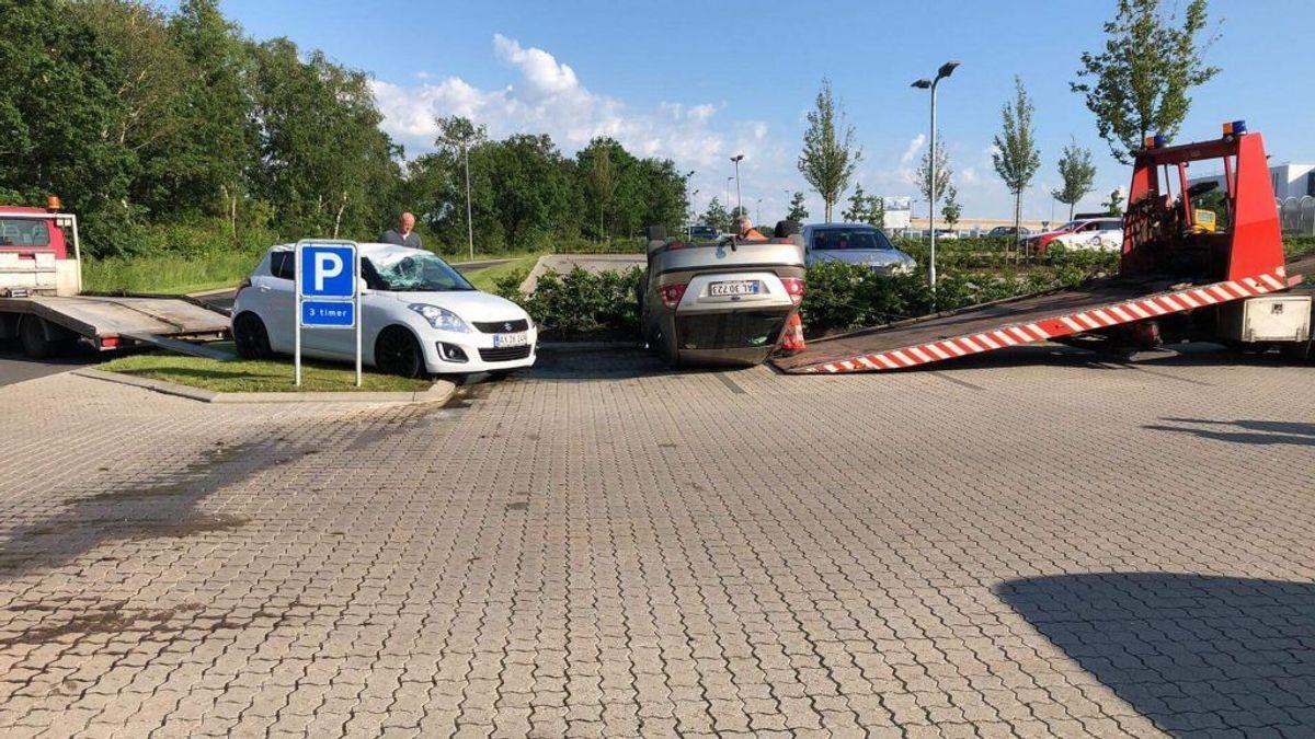 En skypumpe har skubbet flere biler rundt, og to er ganske enkelt vendt på hovedet. KLIK videre og se flere billeder. Foto: Presse-fotos.dk