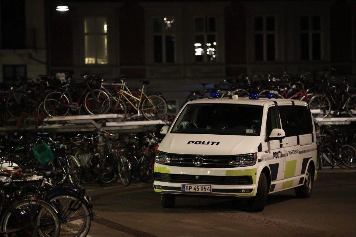 Natten til torsdag anholdt betjente fra Københavns Politi tre personer på sporene omkring Hovedbanegården. KLIK for flere billeder. Foto: Presse-fotos.dk.