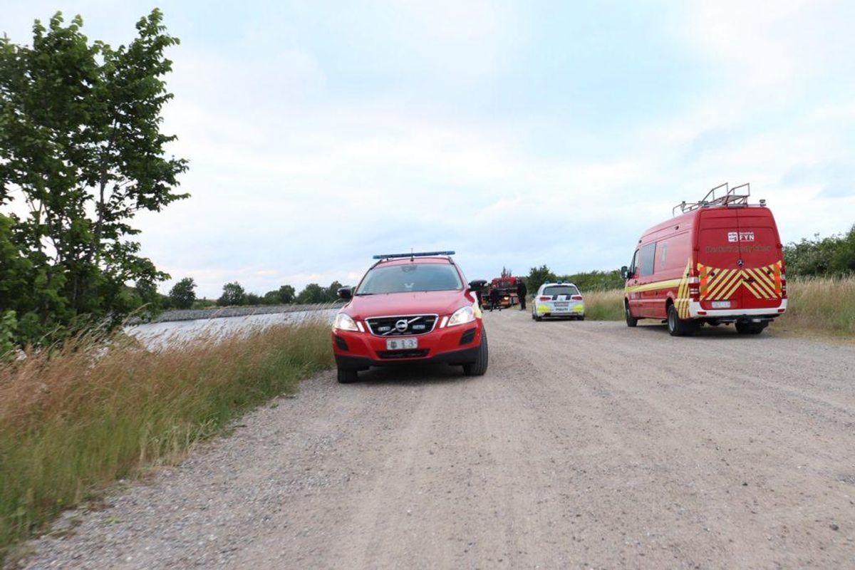 En bil med to personer er mandag aften kørt i kanalen i Odense. KLIK for flere billeder. Foto: Presse-fotos.dk.