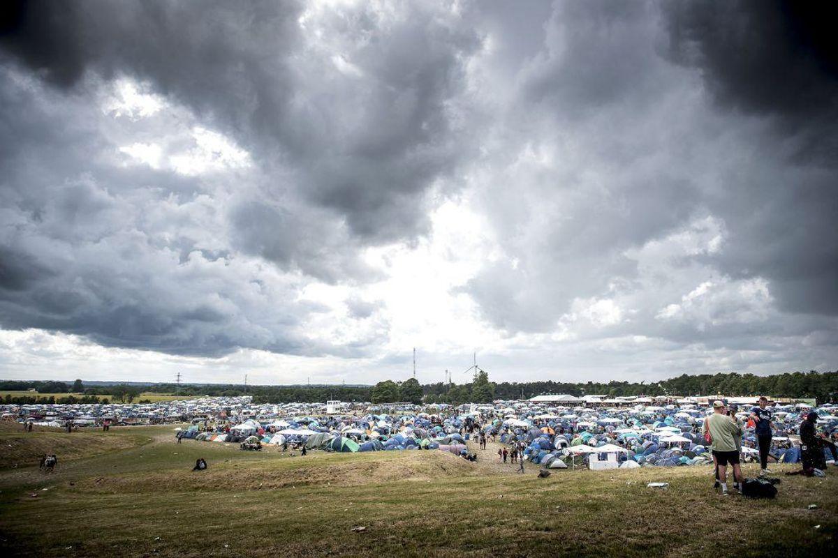 Holder udsigten stik for vejret den 2. juli 2019, kommer gæsterne på Roskilde Festival til at lede efter både tykke trøjer og paraplyer i dag. Foto: Mads Claus Rasmussen/Ritzau Scanpix.
