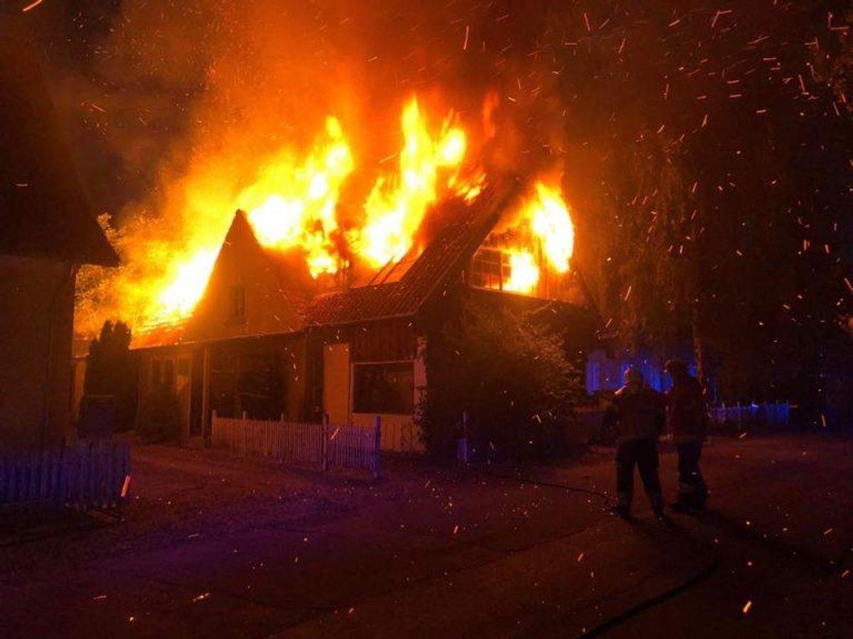Mandag aften udbrød der en kraftig brand i en villa i Vig. KLIK FOR FLERE BILLEDER FRA BRANDEN. Foto: Presse-fotos.dk.