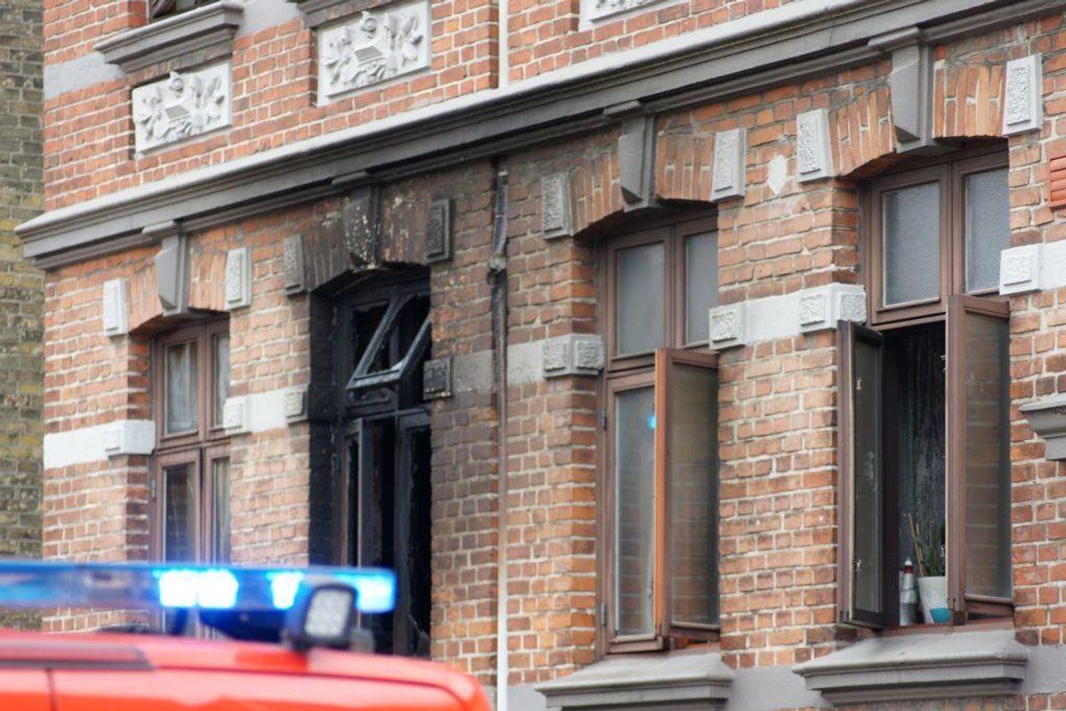 Beboere i en ejendom i Haderslev måtte evakueres på grund af en brand. KLIK for flere billeder. Foto: Presse-fotos.dk.