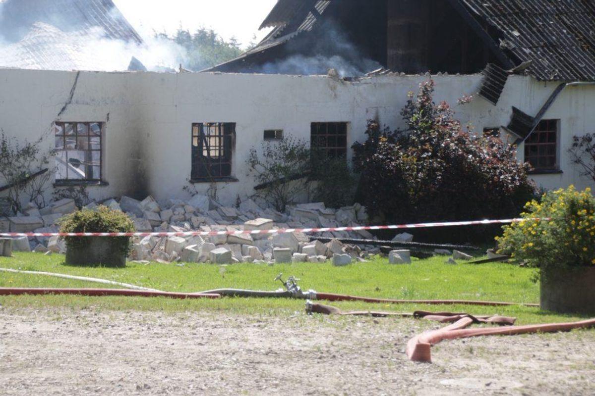 Branden havde fat i fire staldbygninger. Foto: Scanpix