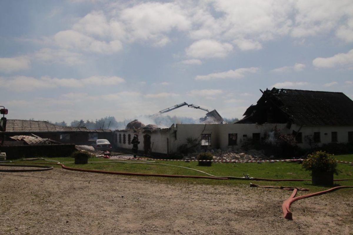 Branden havde fat i fire staldbygninger. KLIK FOR FLERE BILLEDER. Foto: Scanpix