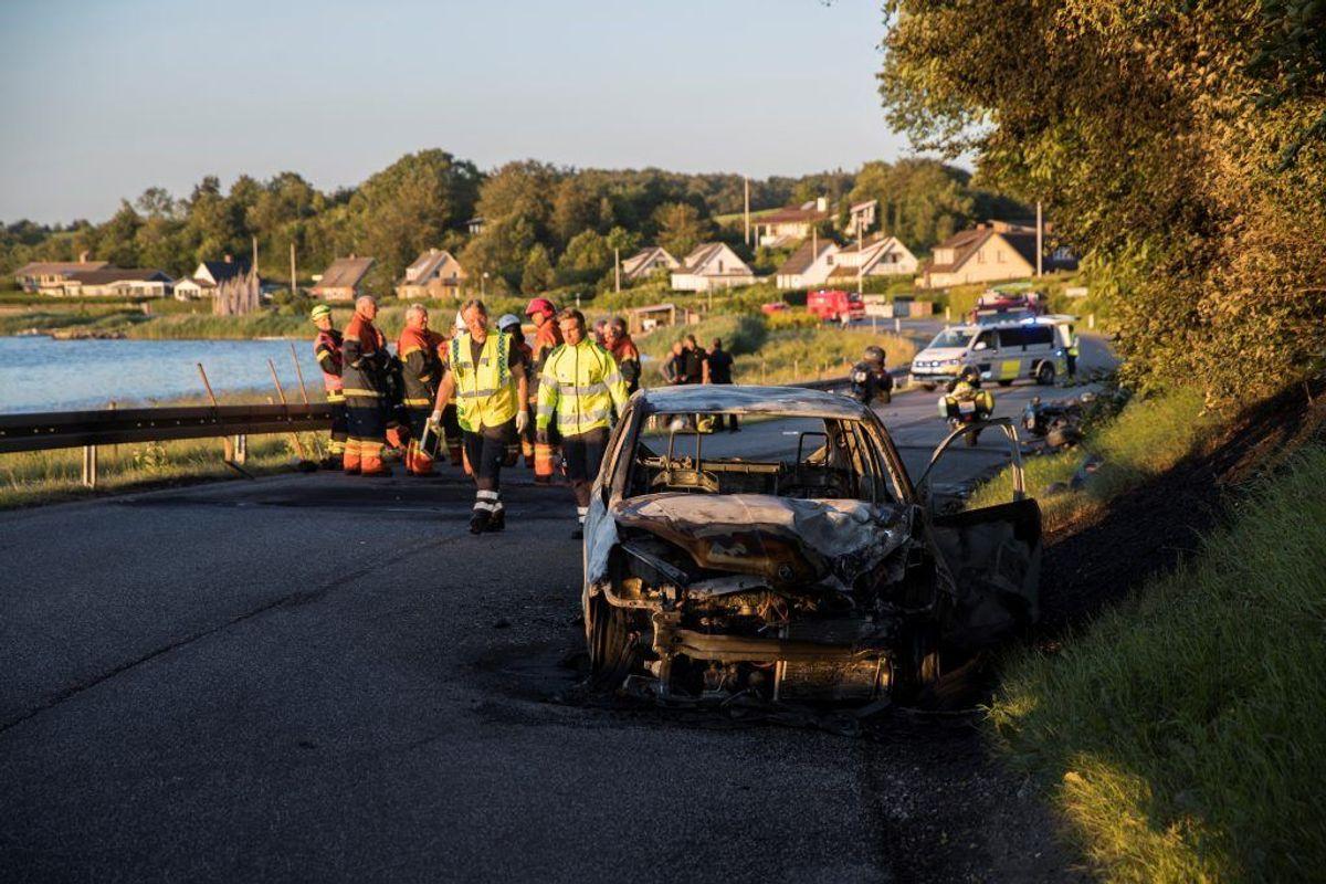 Både bil og motorcykel brød i brand efter ulykken. KLIK FOR FLERE BILLEDER. Foto: Rasmus Skaftved