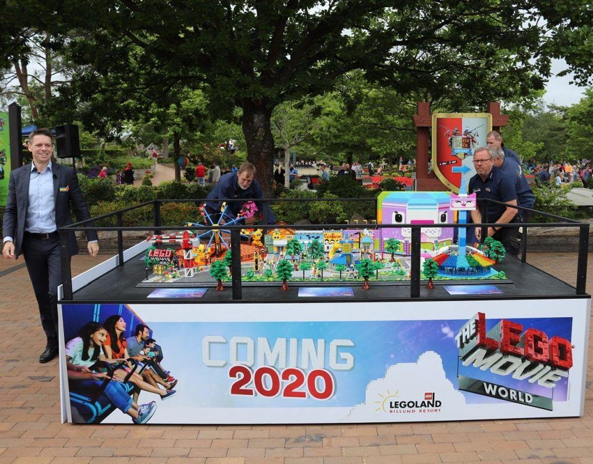 Nyheden, The Lego Movie World blev illustreret via en tre gange to meter stor Lego model. Klik videre i galleriet for flere oplysninger og billeder. Foto: Newsbreak.dk.