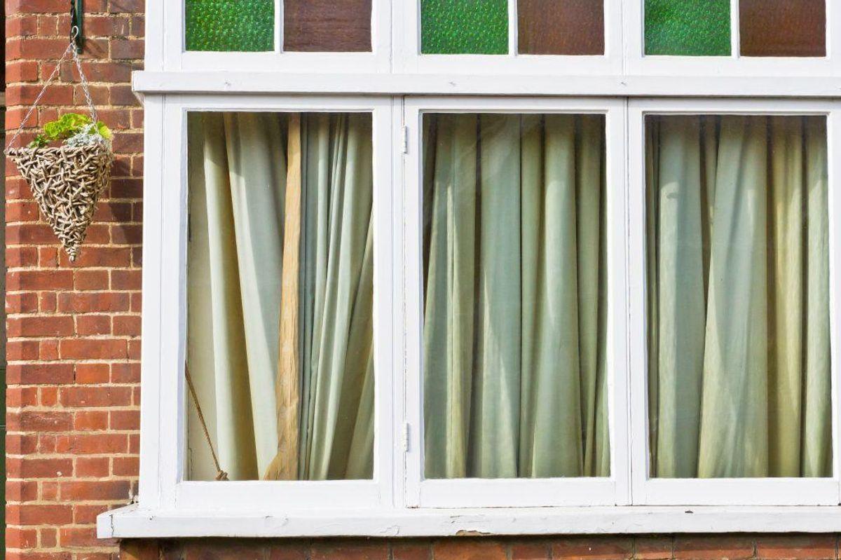Skærm af for solen og luft godt ud. Hav for eksempel gardinerne trukket for indtil solen går ned. (Foto: Shutterstock)