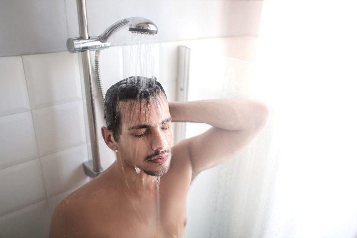 Tag et VARMT bad 45 minutter før du går i seng. Kropsvarmen falder, når man går ud af badet, og det virker søvndyssende.
