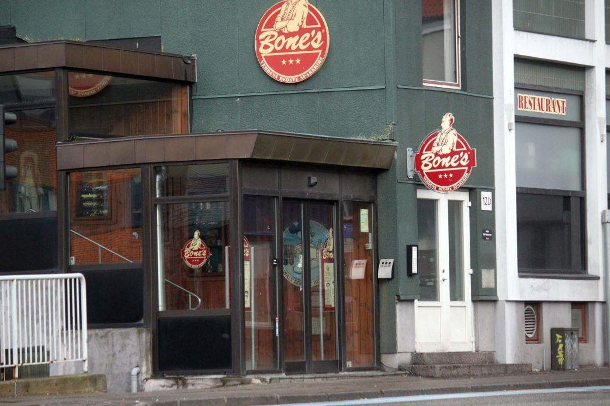 Det er Bone's i Bredgade i Kolding, der har fået bøden. Og en sur smiley. KLIK for mere info. Foto: Elo Christoffersen.