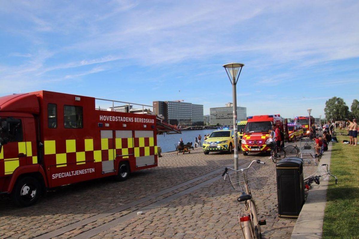 Politi og redning har lige nu gang i en større indsats på Islands Brygge i København. En mand er muligvis druknet. KLIK for flere billeder. Foto: Presse-fotos.dk.
