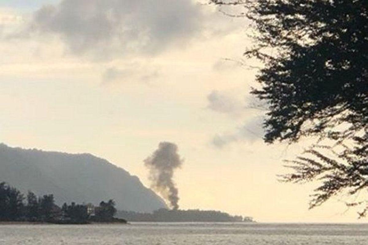 En røgsøjle steg op efter flystyrt på nordkysten af Oahu – den tredjestørste ø i øgruppen. Ved styrtet omkom ni personer. Foto: Social Media/Scanpix