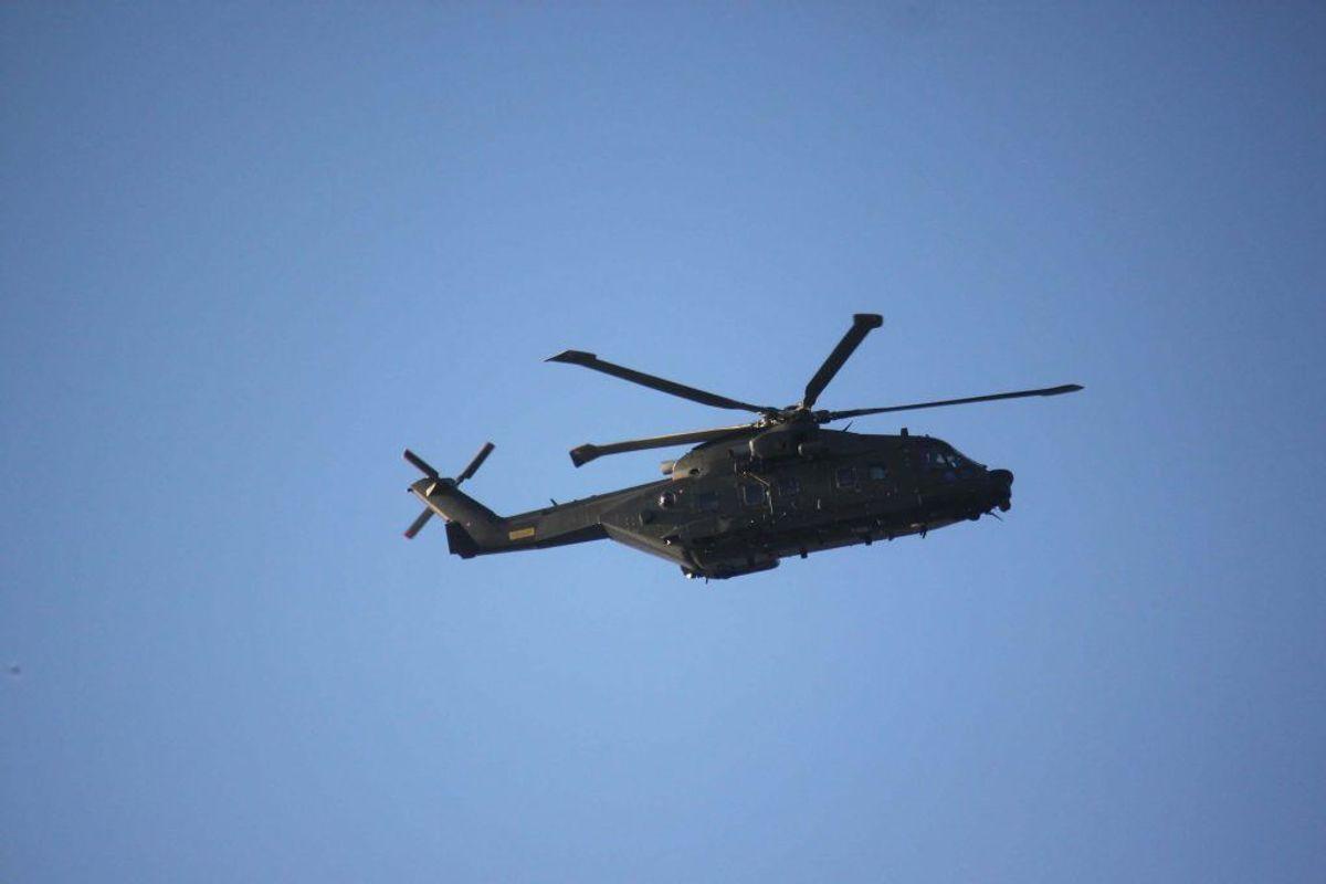 En helikopter og flere både fra Forsvaret er sat ind. Arkivfoto