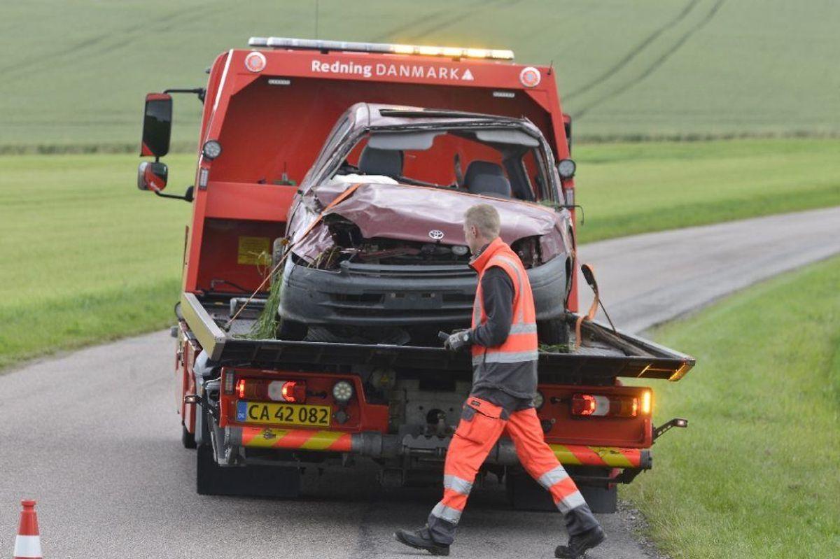 Manden blev slynget ud af bilen ved ulykken. Han døde på stedet. KLIK FOR FLERE BILLEDER. Foto: Øxenholt Foto