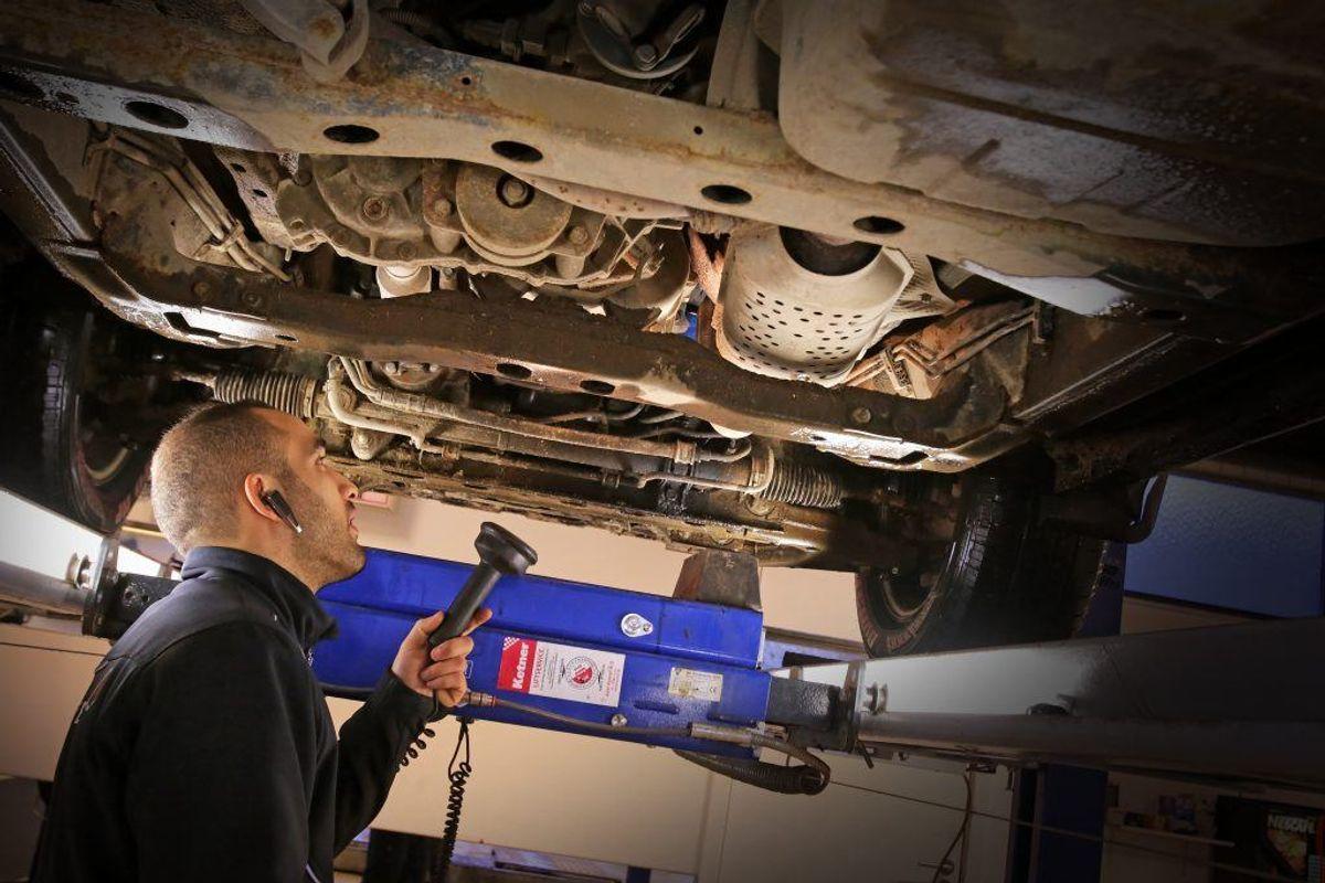 Inden du tager afsted bør du tjekket bilens batteri i en stresstest. Husk også at tjekke kølervæske. Foto: Colourbox