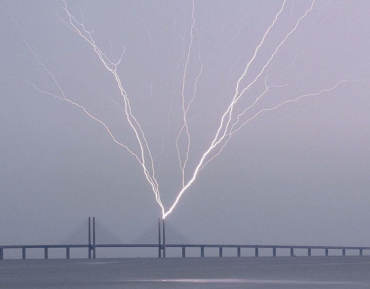 Her ses det lyn, der slog ned i Øresundsbroen tidligere lørdag. Foto: 50090 Johan Nilsson/Ritzau Scanpix.