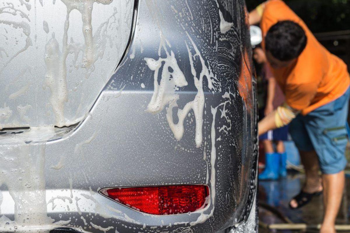 Overvej at håndvaske bilen på de såkaldte puslepladser med miljøsikret afløb. Klik videre i galleriet for flere gode råd. Foto: Colourbox.