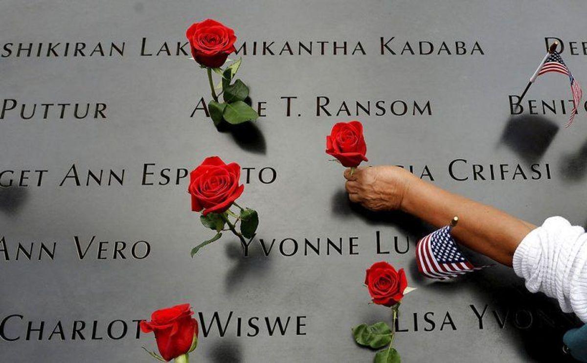 Navnene på alle ofre står rundt omkring monumenterne. Foto: Scanpix