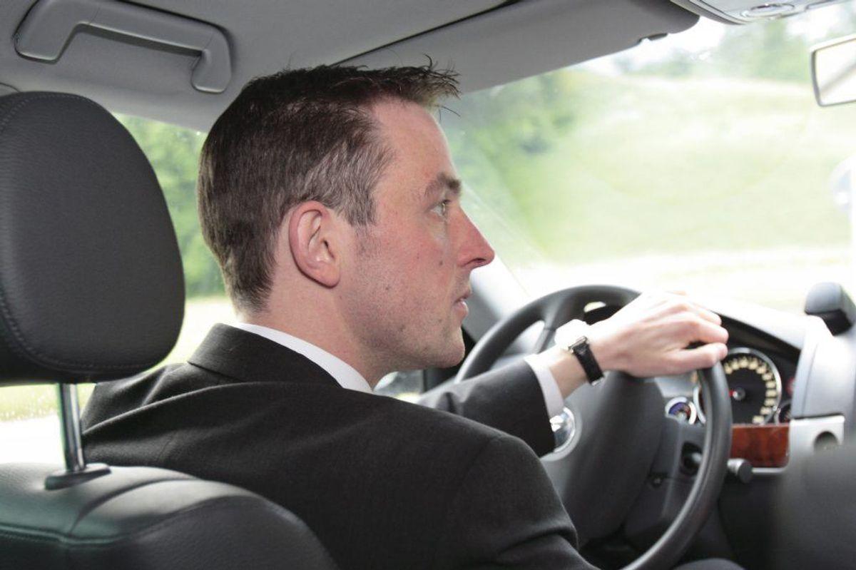 Som bilist skal du orientere dig grundt i krydset og fra sidevejene. En god regel er at kigge begge sidespejle, bakspejlet og så sidespejlene igen. Foto: Scanpix