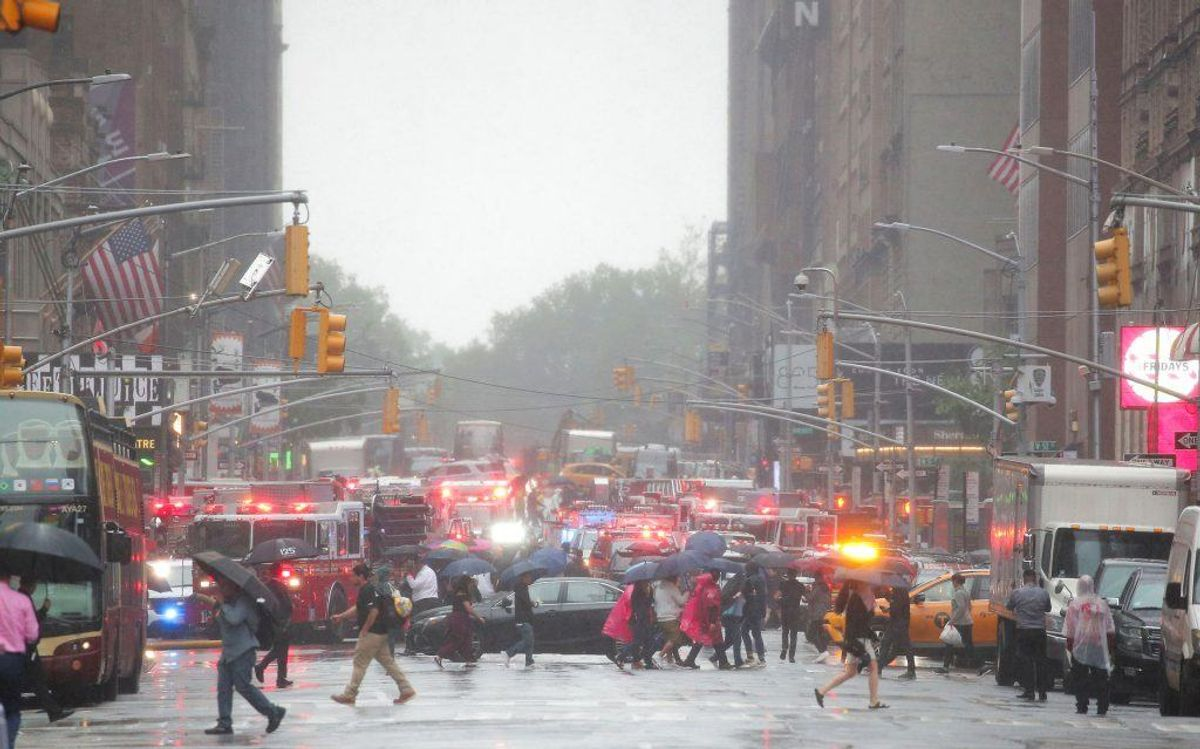 En helikopter har ramt en bygning i New York: KLIK for flere billeder. Foto: Brendan McDermid/Scanpix.