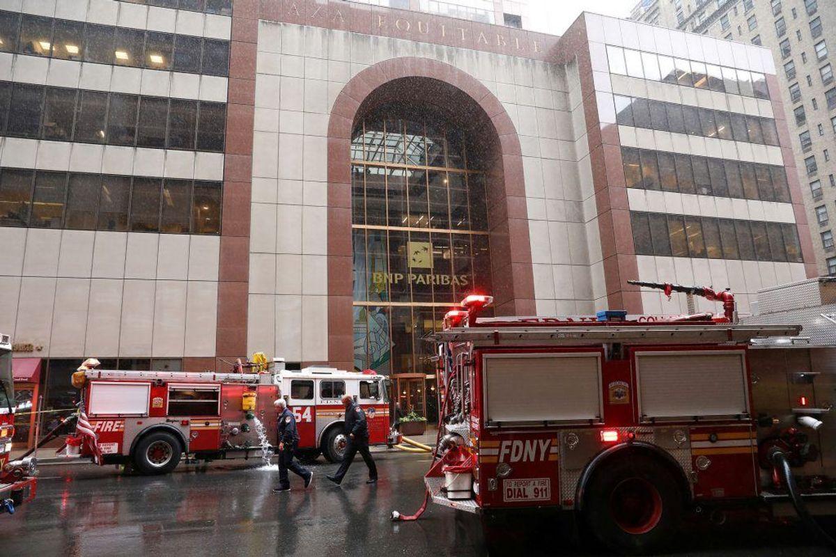 En helikopter har ramt en bygning i New York. Foto: Brendan McDermid/Scanpix.