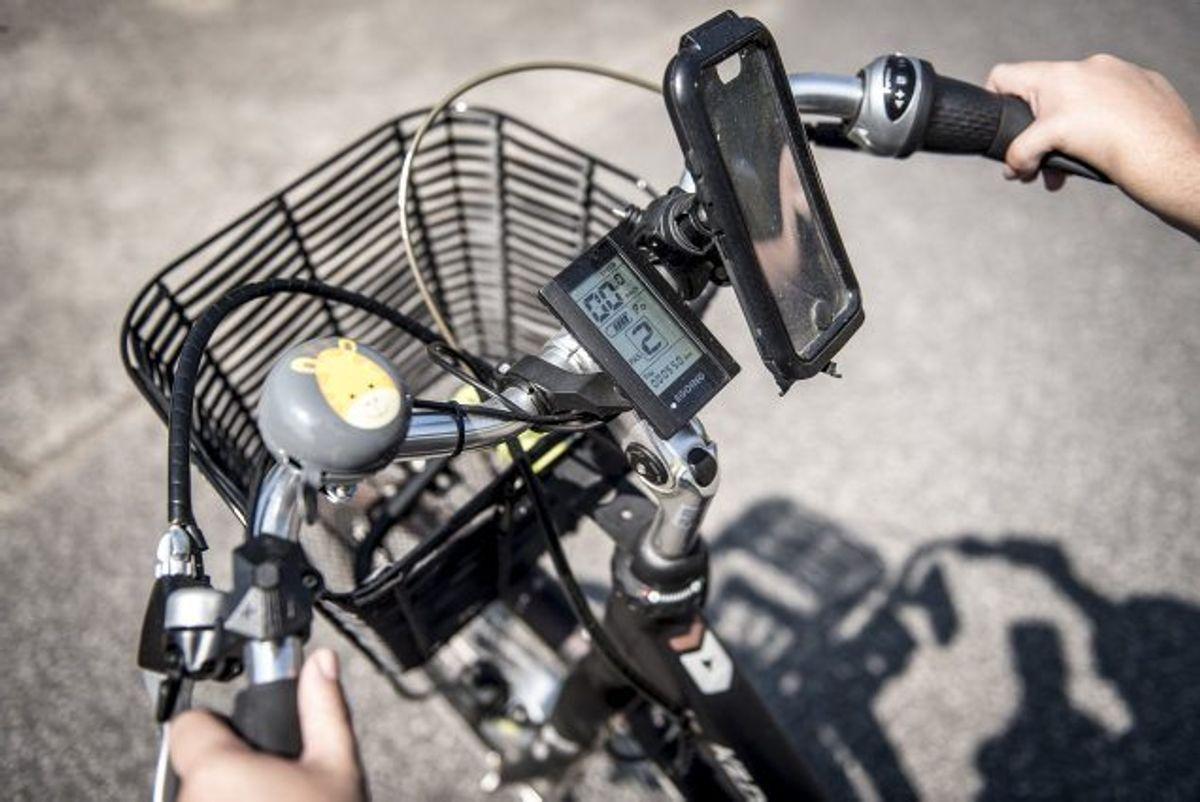 Man må køre op til 25 kilometer i timen på en elcykel på offentlige veje, mens det er tilladt at køre op til 45 kilometer i timen på speed pedelecs, når man er fyldt 15 år og opfylder andre krav i forsøgsordningens lovgivning. (Arkivfoto). Foto: Mads Claus Rasmussen/Scanpix