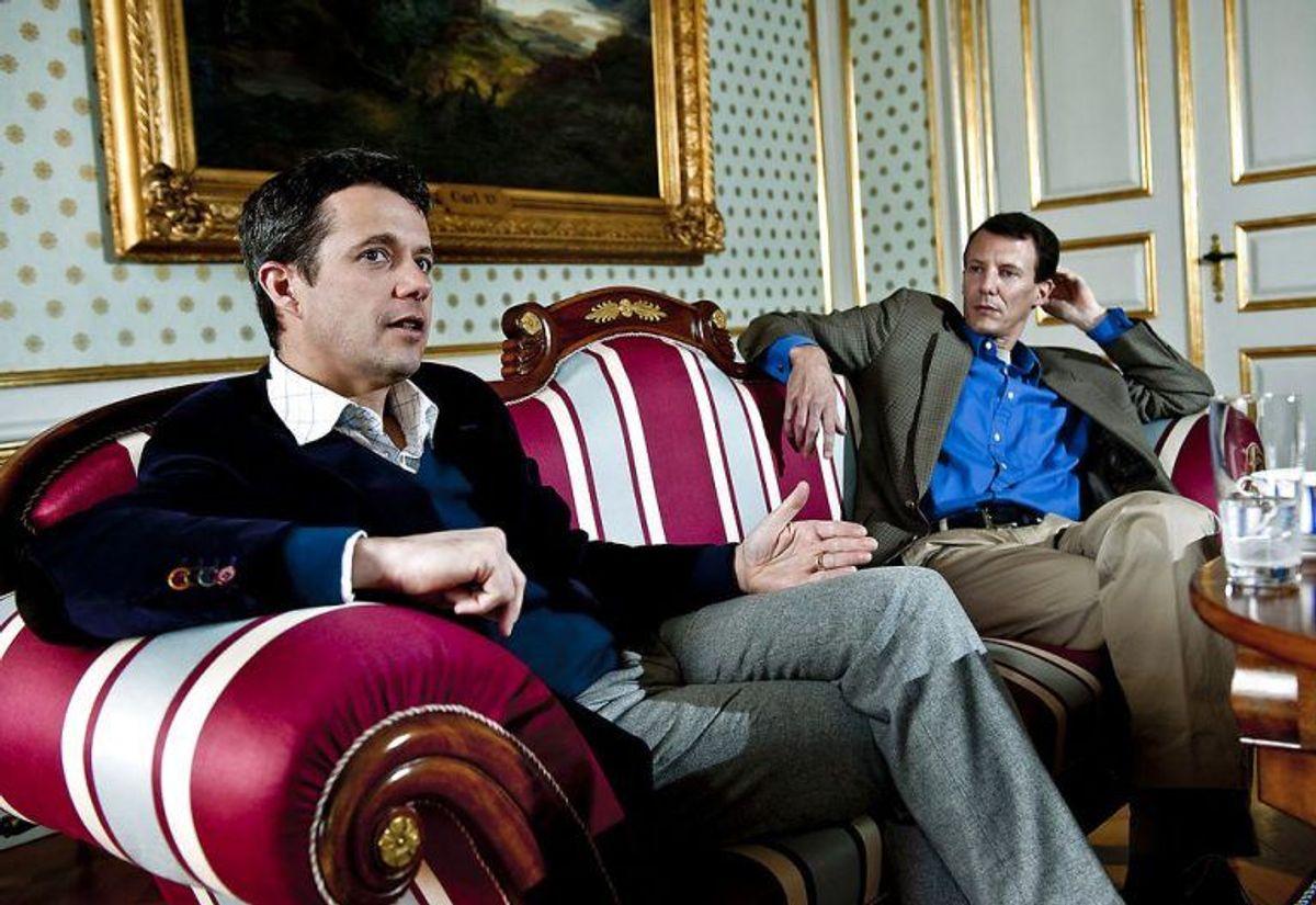 (ARKIV) Prins Joachim og kronprins Frederik på Amalienborg, den 8. april 2010. Den 7. juni fylder prins Joachim 50 år. Hans liv fortælles her i otte kapitler. Fra skilsmissen, til den nye familie. Fra Schackenborg, til militæruddannelse i Paris. Det skriver Ritzau, onsdag den 29. maj 2019.. (Foto: KELD NAVNTOFT/SCANPIX/Ritzau Scanpix)