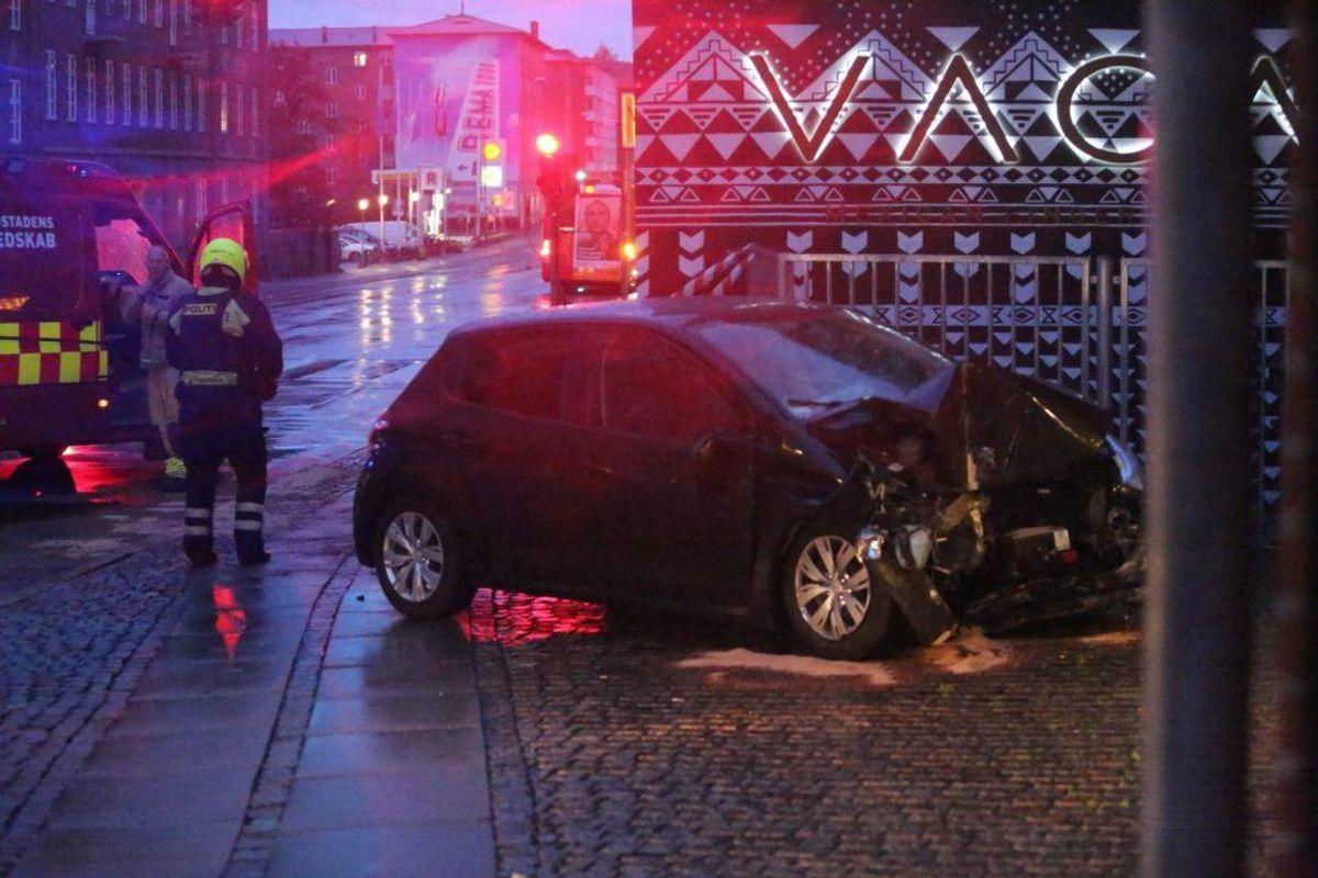 En kvinde forulykkede i et formodentligt solouheld tirsdag morgen i Valby. Hun ramte væggen af en bygning på Toftegårds Allé. Klik videre for flere billeder. Foto: Mathias Øgendal