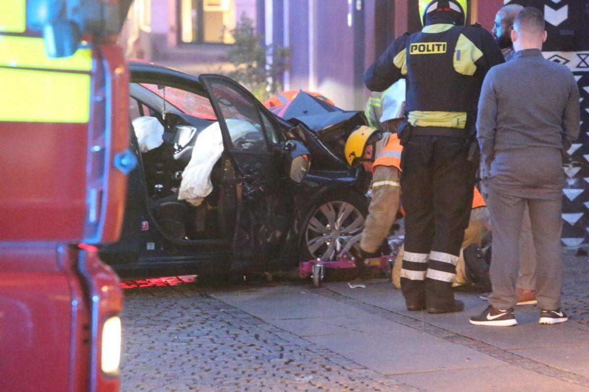 En kvinde forulykkede i et formodentligt solouheld tirsdag morgen i Valby. Hun ramte væggen af en bygning på Toftegårds Allé. Foto: Mathias Øgendal