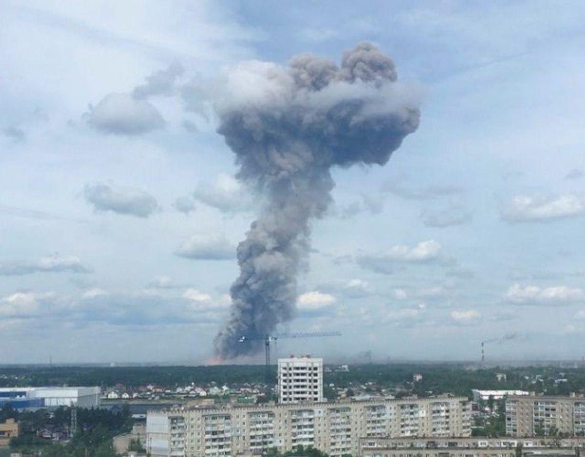 Røgsøjlen fra eksplosionen var synlig fra lang afstand. Foto: Elena Sorokina/Scanpix:. KLIK for mere