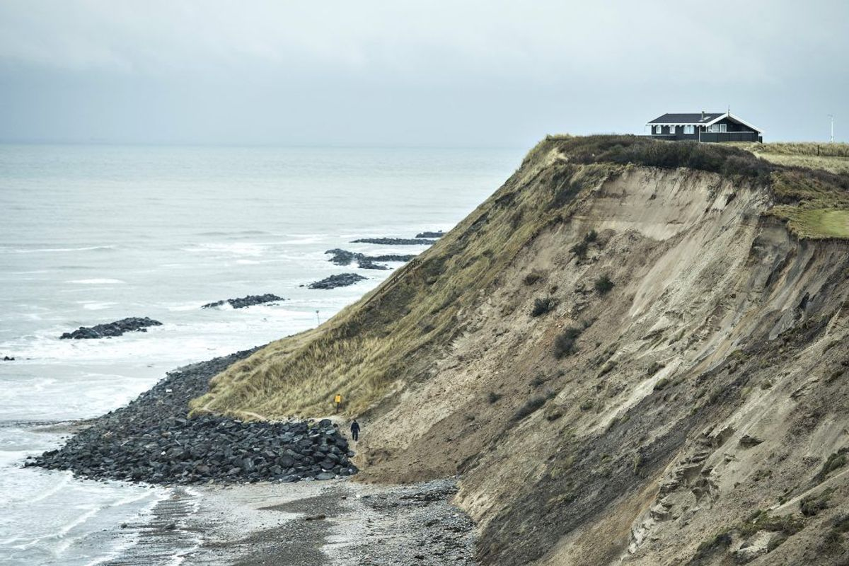 Fire personer er tiltalt for tilbage i 2016 at have betalt for flere læs granitsten, der blev lagt ud på stranden ved Lønstrup. Arkivfoto: Henning Bagger/Scanpix.