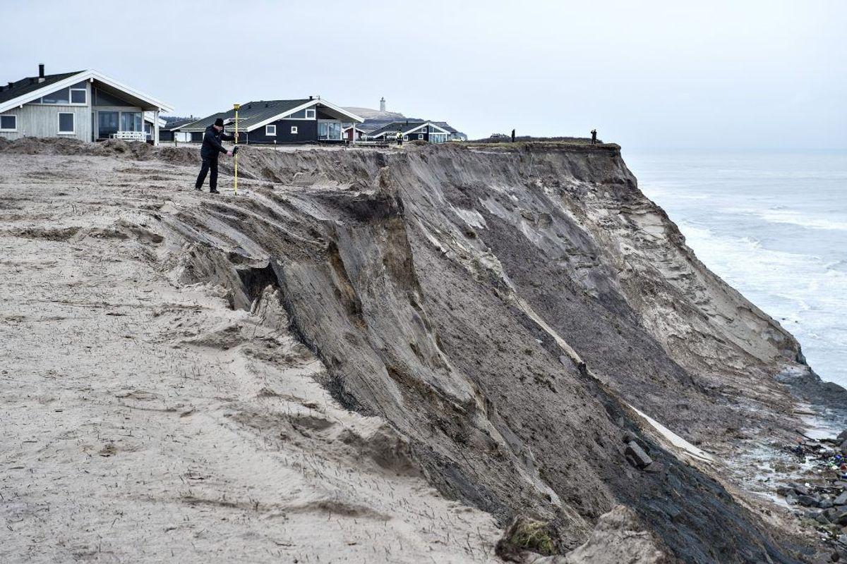 Flere gange er der foretaget tilsyneladende ulovlig kystsikring ved stranden syd for Lønstrup, hvor havet æder af klinten. Arkivfoto: Henning Bagger/Scanpix. KLIK for mere.
