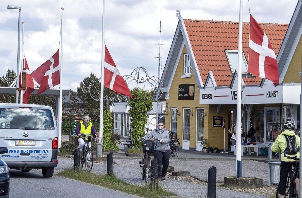 Byen har flaget på halvt på grund af de tragiske omstændigheder. (Foto: John Randeris/Ritzau Scanpix)