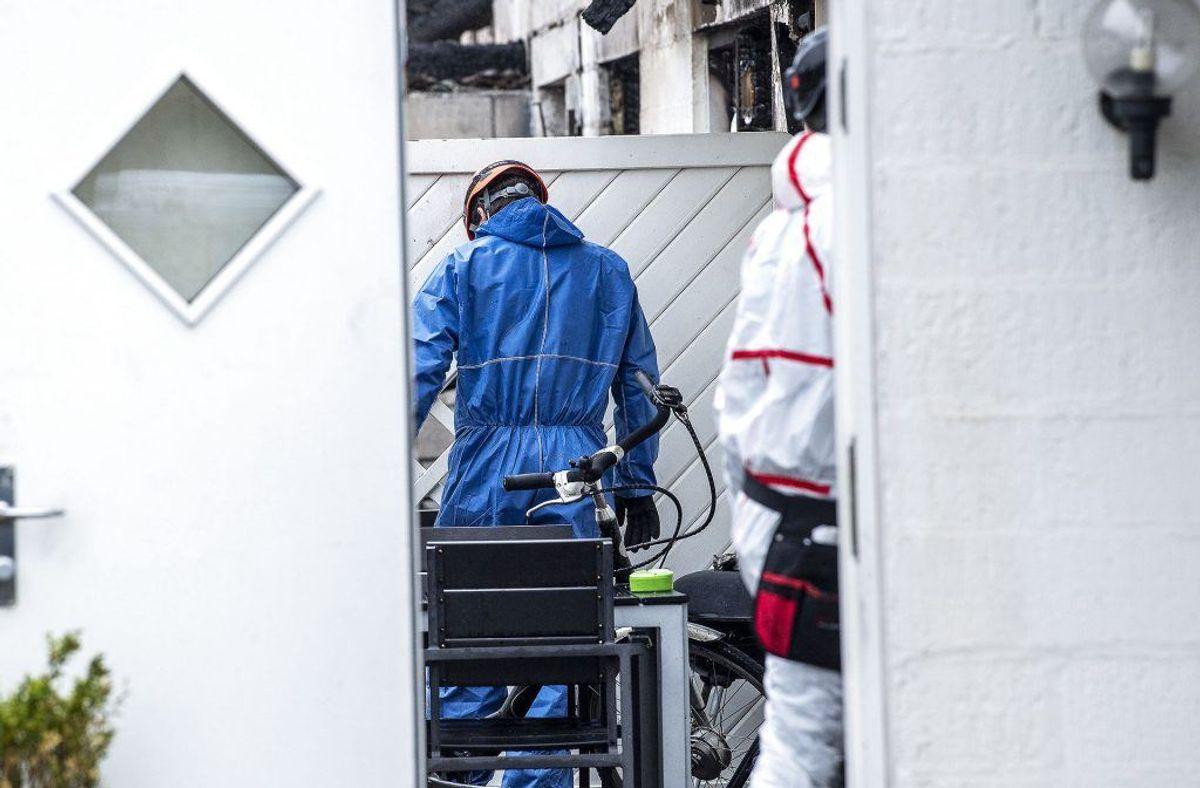 Brandteknikere og folk fra Beredskabstyrelsen er igang med at undersøge brandstedet i Blåvand torsdag den 30 maj 2019. To personer er fundet døde og en 19-årig tysker er sigtet for drab.. (Foto: John Randeris/Ritzau Scanpix)