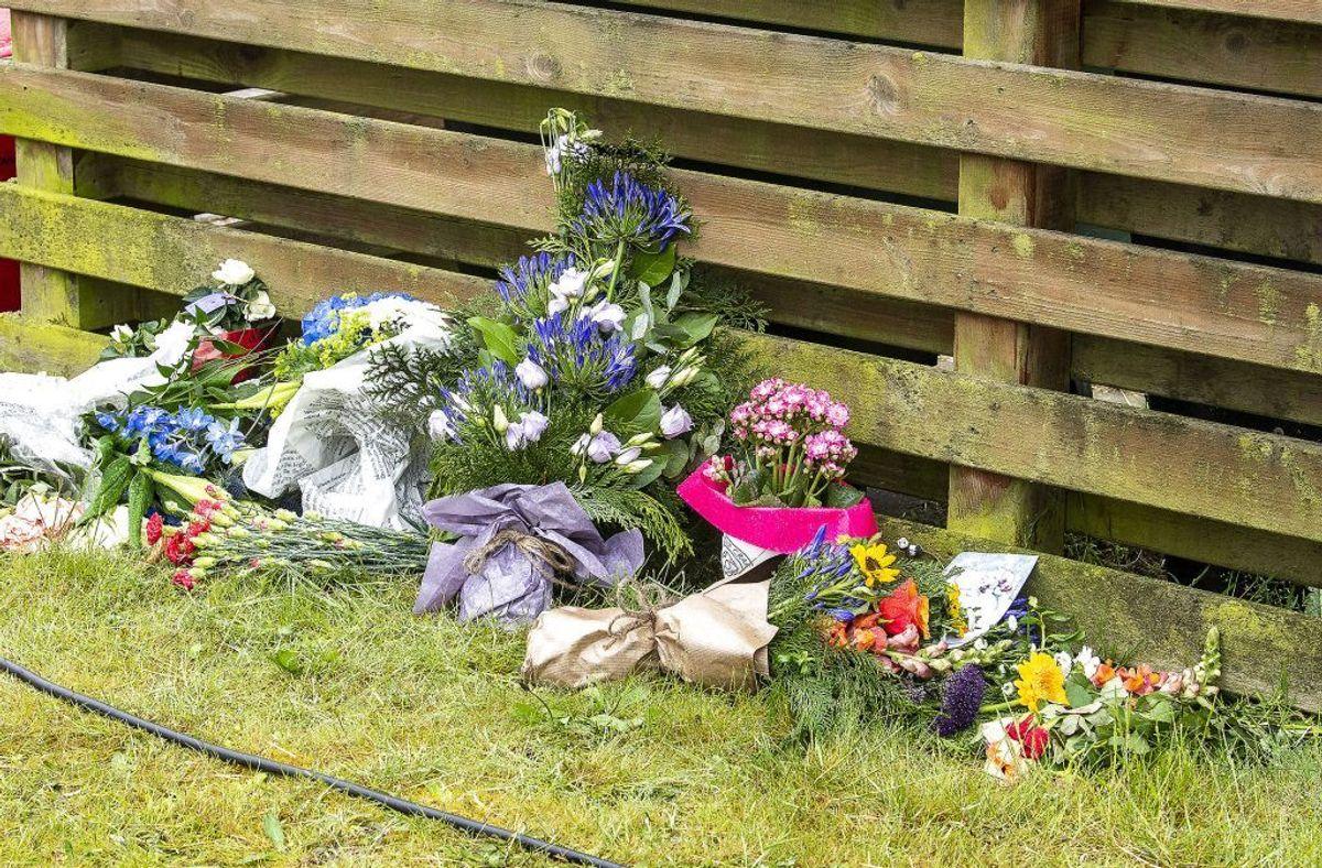 Flere har lagt blomster ved huset, hvor parret blev fundet dræbt. (Foto: John Randeris/Ritzau Scanpix)