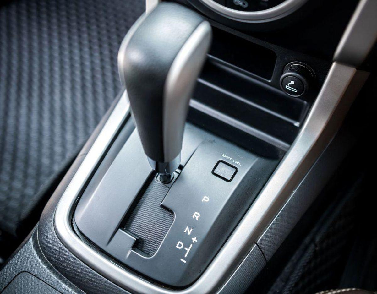 Du har mulighed for at tage kørekort i en bil med automatgear. Gør du det,, må du kun køre bil med automatgear. Foto: Scanpix.