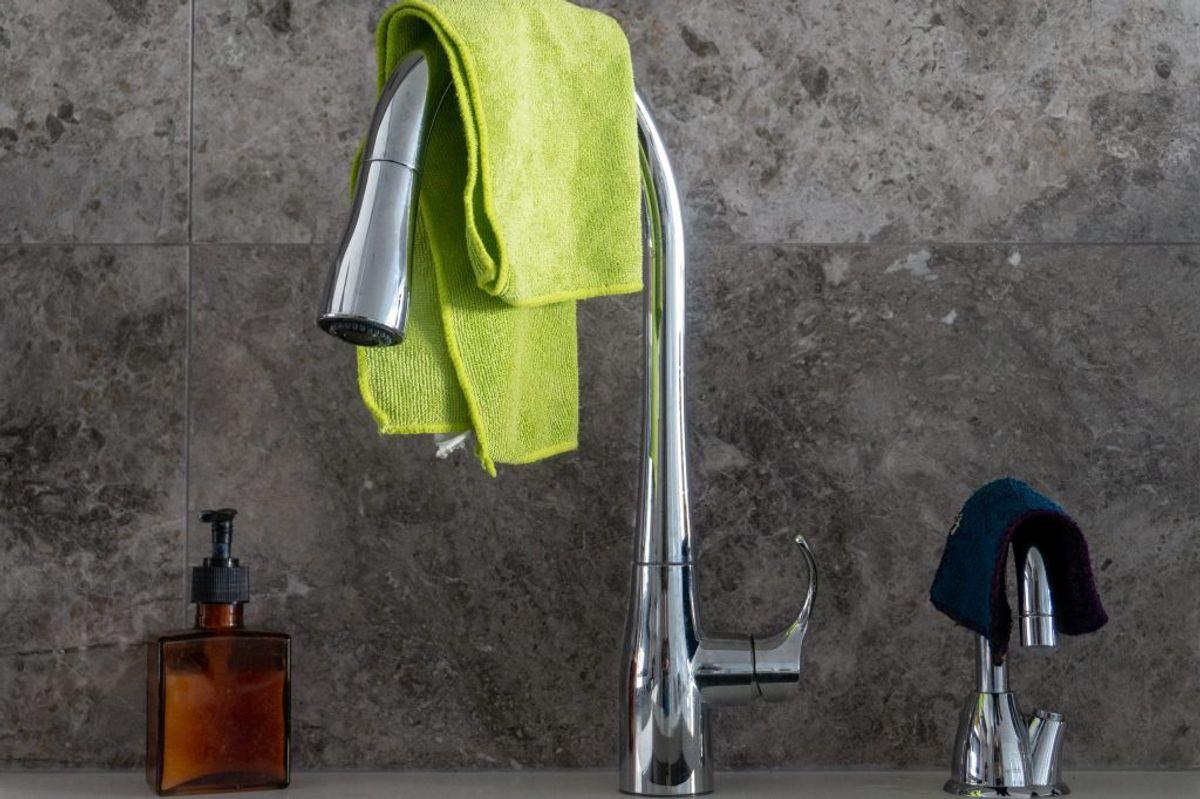 Bred karkluden ud og hæng den til tørre over vandhanen eller nær en radiator. Når kluden tørrer hurtigt, holder du bakterier nede. Kilde: Bolius. Foto: Scanpix.