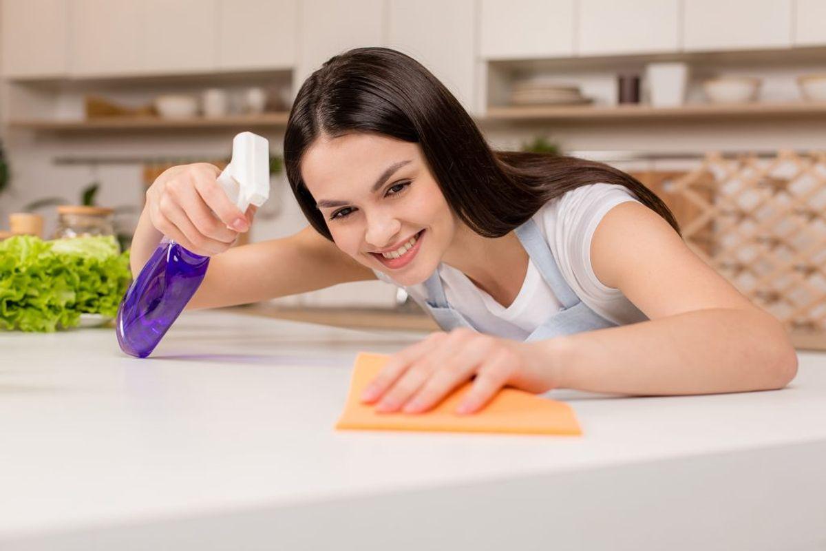 Brug kun dine karklude til at tørre borde af. Hold dig fra at tørre eksempelvis skærebrætter af med karkluden, da du risikerer at sprede bakterier til overflader, hvor du laver mad. Kilde: Ritzau. Foto: Scanpix.