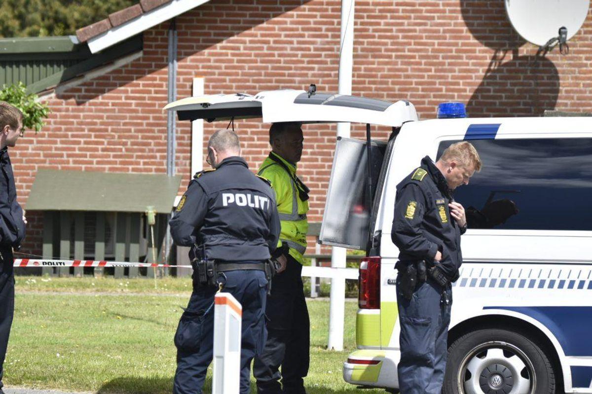 Politiet er tirsdag eftermiddag fortsat massivt til stede bag en omfattende afspærring i Blåvand. KLIK og se flere billeder. Foto: Presse-fotos.dk