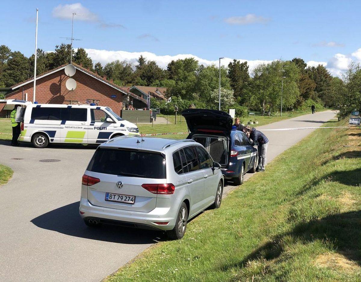 En nabo fortæller, at der er godt gang i efterforskningen, og politiet leder helt tydeligt efter noget. (Foto: John Randeris/Ritzau Scanpix)