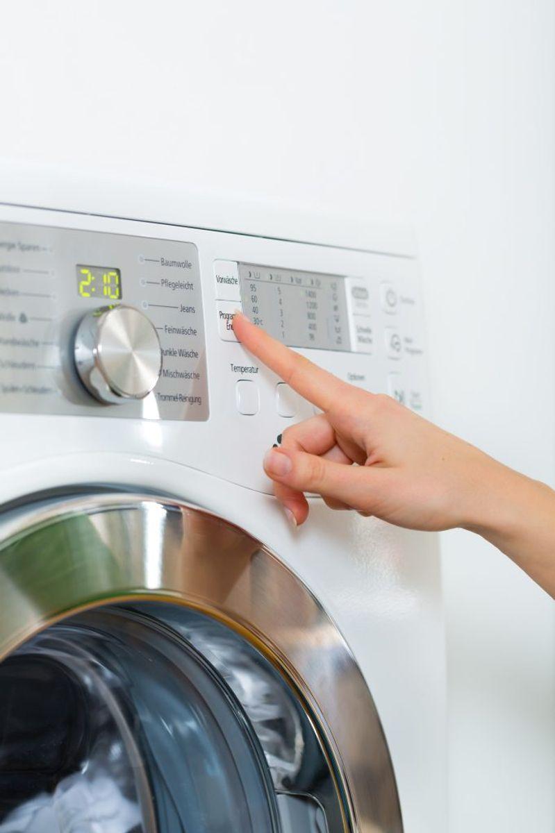 Vælg den rigtige temperatur. Vaskeanvisningen i tøjet er en god rettesnor, men ofte kan du vaske koldere og spare energi, hvis ikke tøjet er for beskidt. Foto: Colourbox.