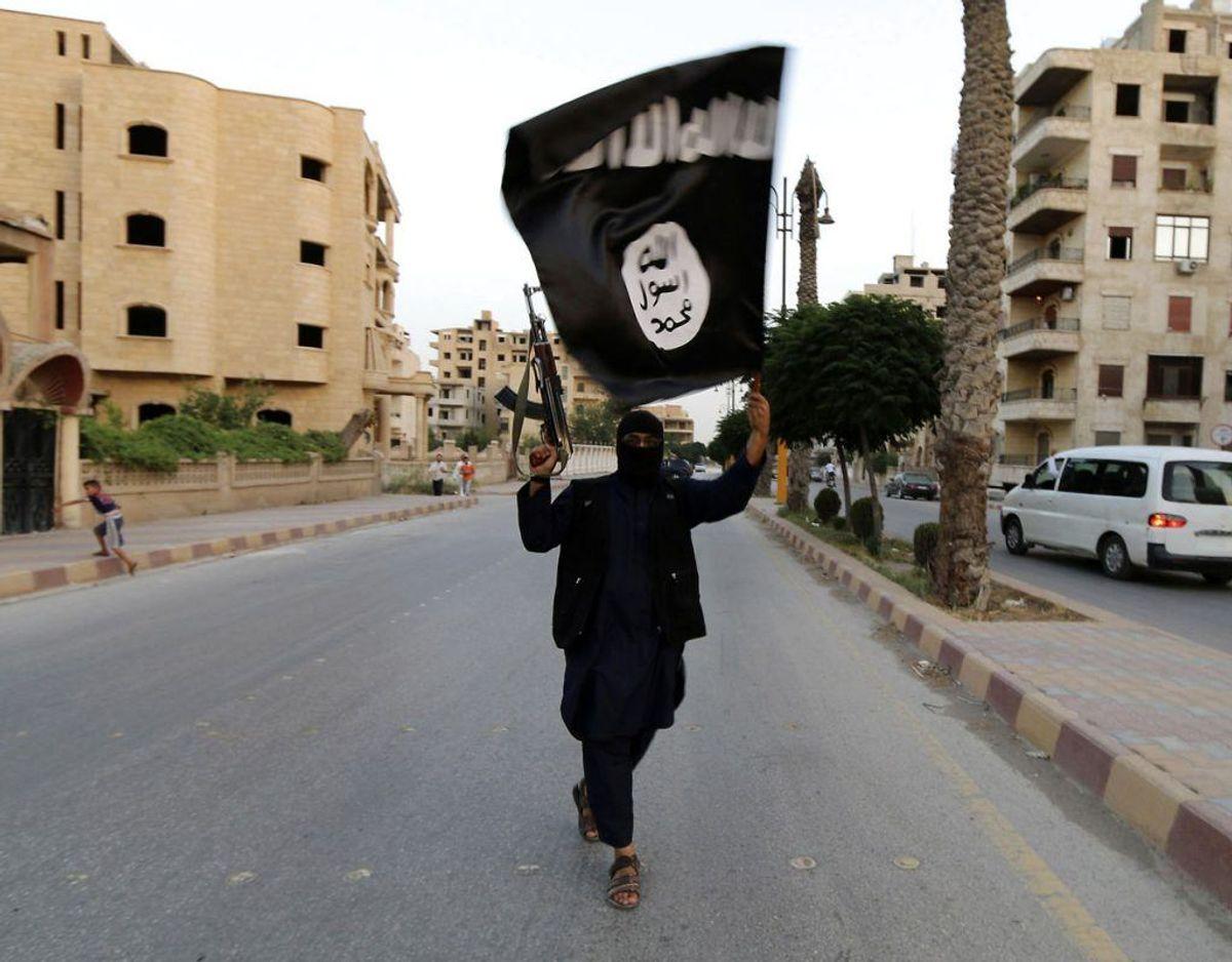 RB PLUS Islamisk Stat taber terræn i både Syrien og Irak- – ARKIVFOTO 2014 af Islamisk Stats flag i Raqqa, Syrien- – Se RB 28/5 2016 16.11. IS vil ligesom al-Qaeda fortsætte angreb mod Vesten, selv om gruppen nedkæmpes i Syrien og Irak, vurderer ekspert. Scanpix . (Foto: STRINGER/Scanpix 2016)