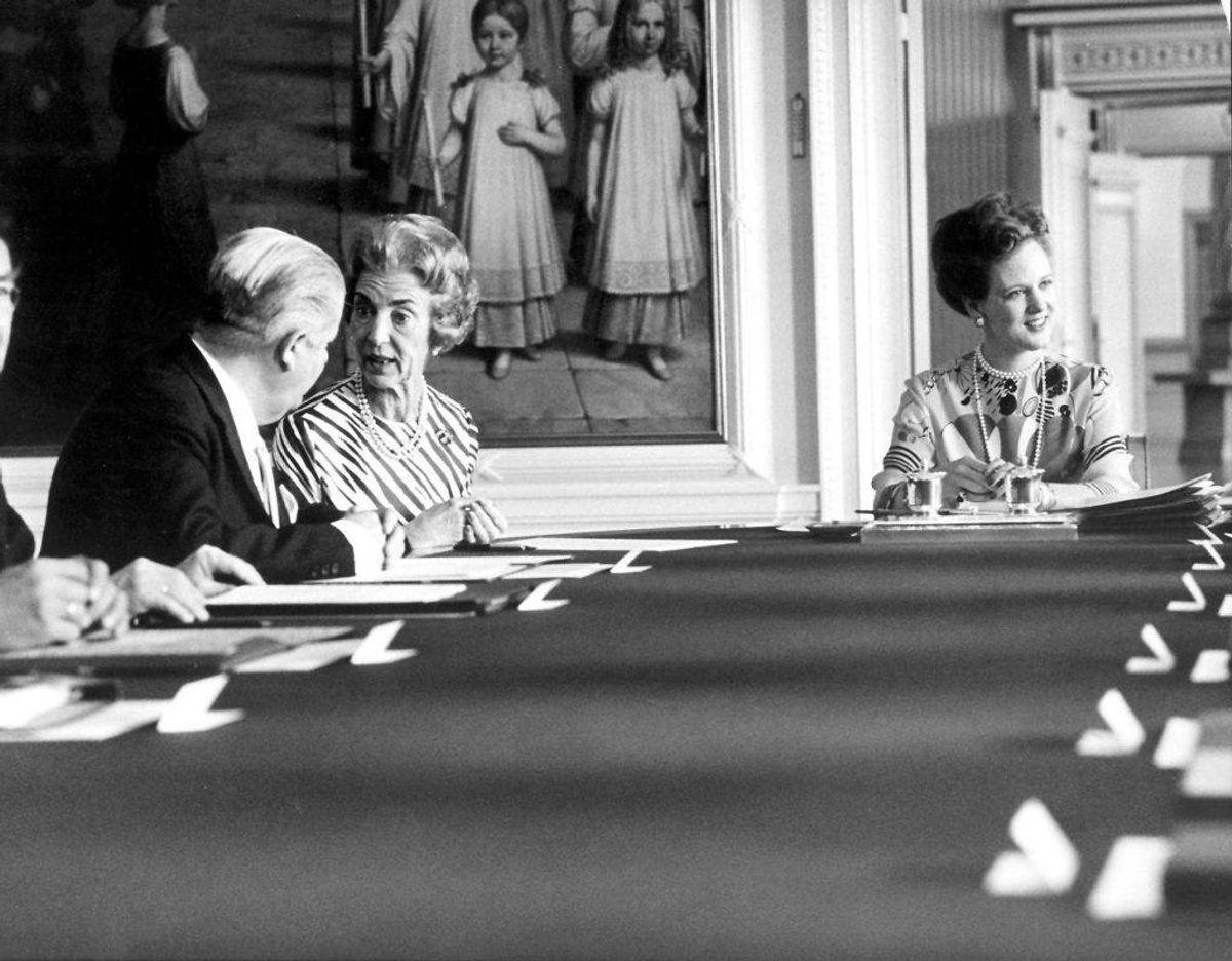I et statsrådsmøde d. 7. juni 1972 skriver dronning Ingrid, der her sidder mellem Dronning Margrethe og daværende udenrigsminister Per Hækkerup, under på, at hun vil holde grundloven. Dronning Ingrid kan efterfølgende være rigsforstander, og det er dermed første gang, en rigsforstander hentes uden for kredsen af tronarvinger, og det er den mest udsøgte hædersbevisning, det danske samfund kan give Dronning Ingrid. Foto: Scanpix