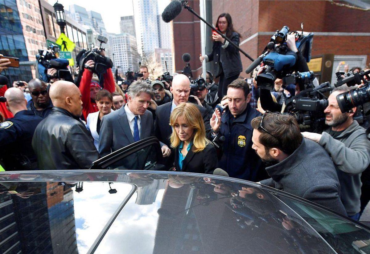 Skuespilleren Felicity Huffman har erkendt sig skyldig i bestikkelse. Hun risikerer fire måneders fængsel. KLIK For flere billeder. Foto: Gretchen Ertl/Scanpix.