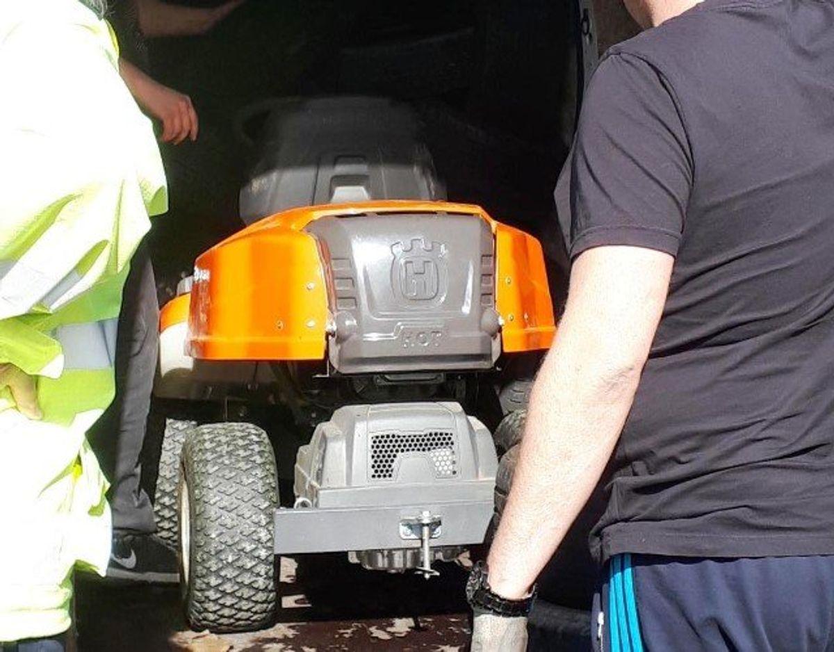 En af de større fangster var en stjålen havetraktor, der blev fundet i bagagerummet af en varevogn. Foto: Syd- og Sønderjyllands Politi