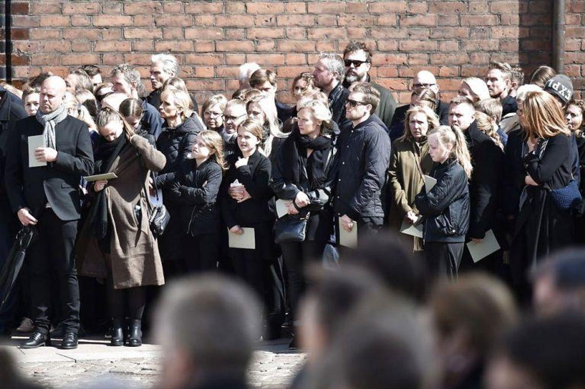 Kendte, venner, bekendte og massevis af danskere mødte op for at vise sympati for Bestseller-familien. KLIK VIDERE FOR FLERE BILLEDER. Foto: Scanpix