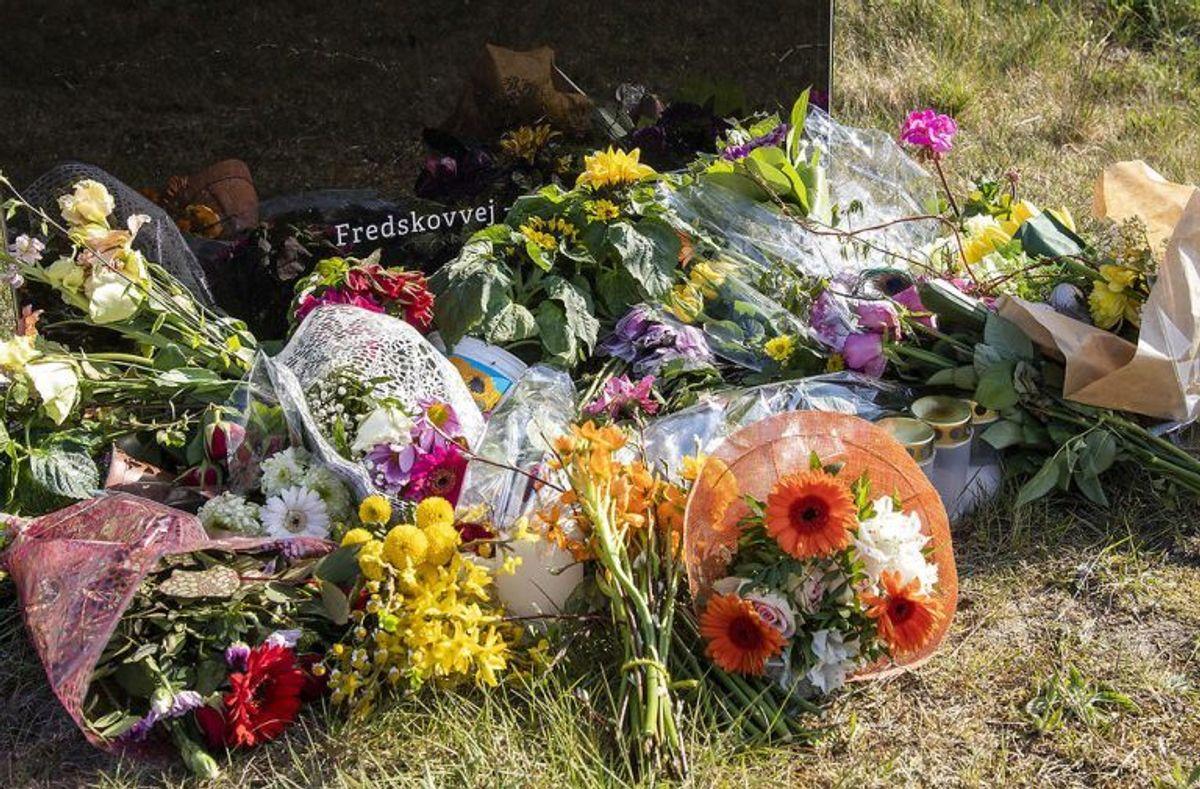 Foran hovedkontoret i Brande er støtten også væltet ind. KLIK VIDERE FOR FLERE BILLEDER. Foto: Scanpix